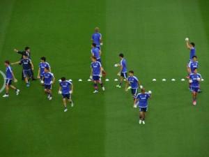 Les joueurs s'apprêtent à lancer les ballons dans l'une des tribunes latérales, avant l'échauffement.