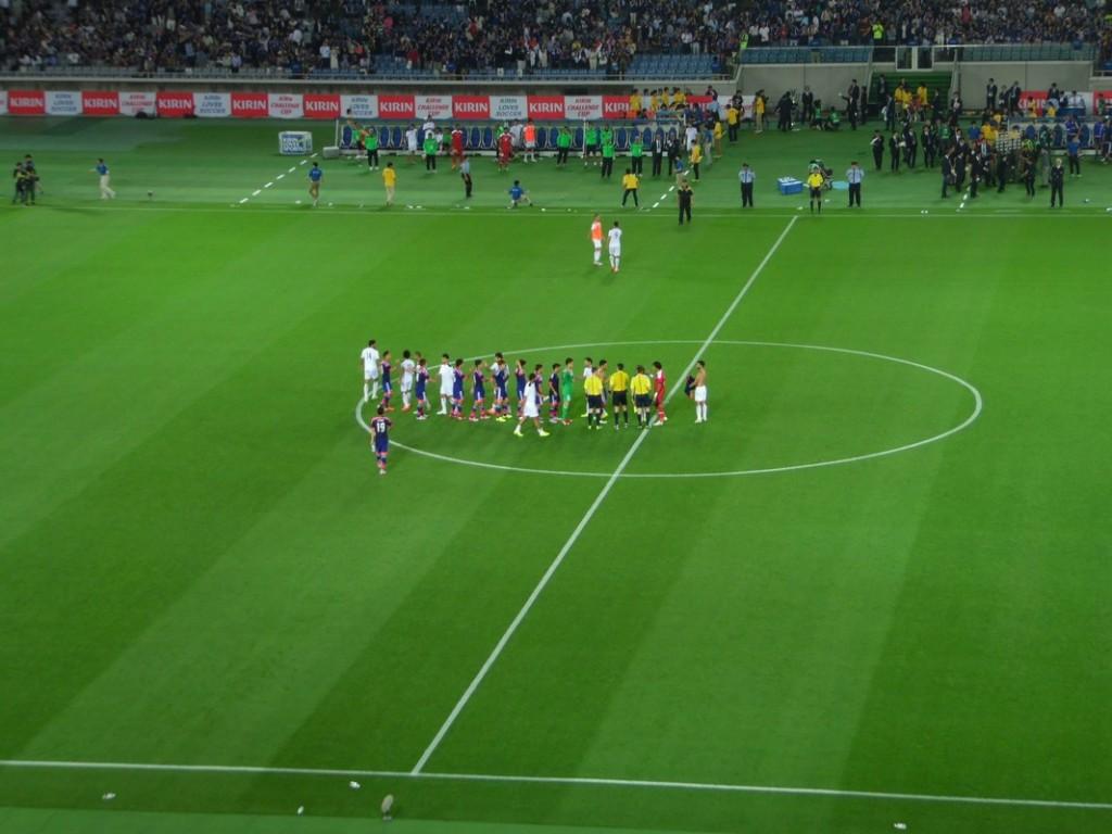 Les joueurs se saluent, avant le tour d'honneur japonais.