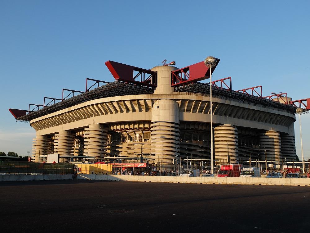 """Le stade, tel qu'il apparaît à la sortie de la toute nouvelle station de métro """"San Siro""""."""