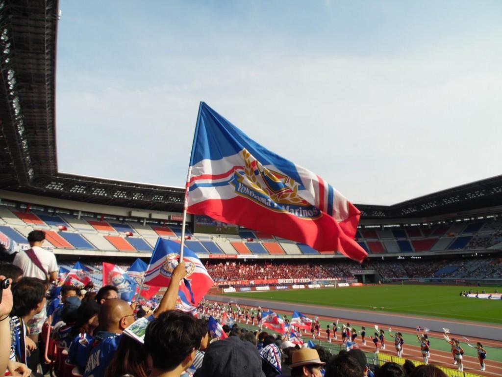 Les supporters de Kashima, au loin.