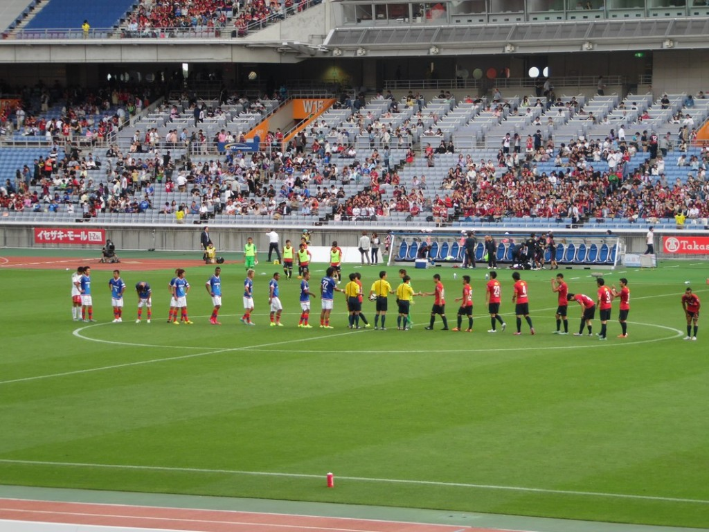 Fin du match, les joueurs se saluent.