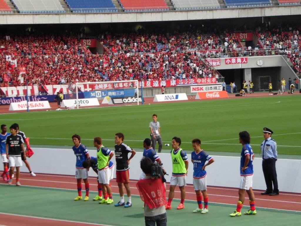 Les joueurs de Yokohama sous les sifflets.