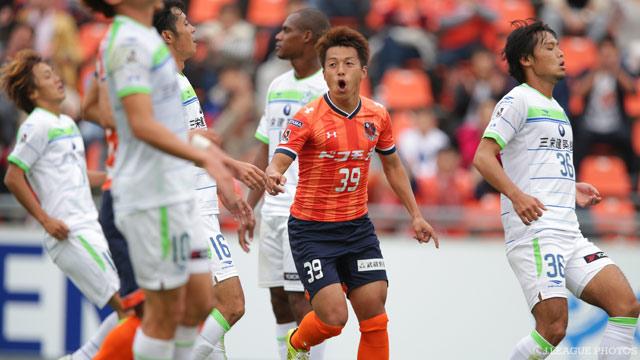 Défait par Omiya (3-2), Shonan n'aura pas tenu une deuxième saison dans l'élite et retourne en J2. (photo: jleague.jp)